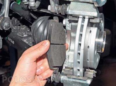 Замена тормозных колодок и дисков передних VW Polo седан